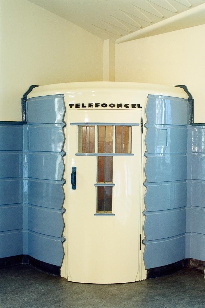 Le Musée de Het Schip d'Amsterdam est installé dans l'ancien bureau de poste dont le mobilier a été conservé. Ici, une cabine téléphonique. Crédit photo Het Schip.
