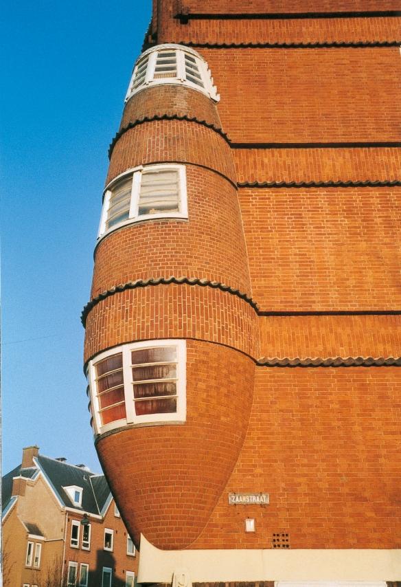 """Le """"cigare"""" à l'angle de l'un des immeubles de Het Schip, à Amsterdam. Crédit photo Het Schip."""