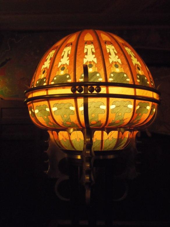 Lampe sur pied dans un couloir du cinéma Tuschinsk à Amsterdam.