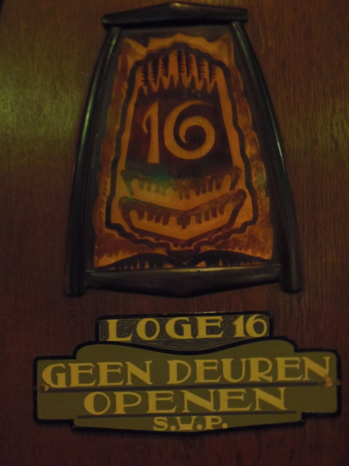 Petit panneau de numérotation des loges du cinéma Tuschinski à Amsterdam.