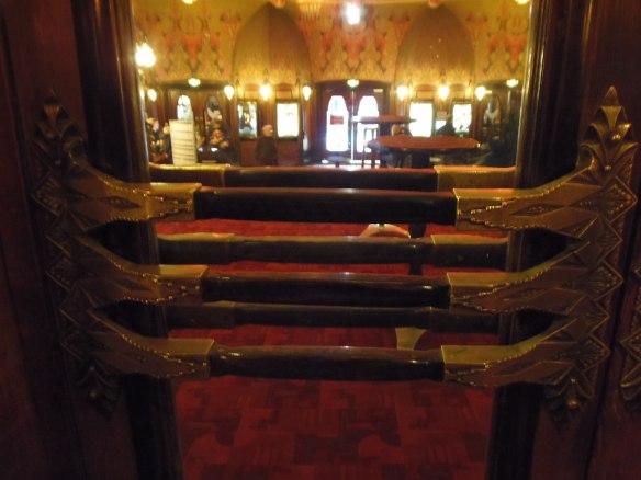 Même les poignées de porte en métal et bois du Tuschinchinski à Amsterdam ont fait l'objet d'un traitement très soigné.