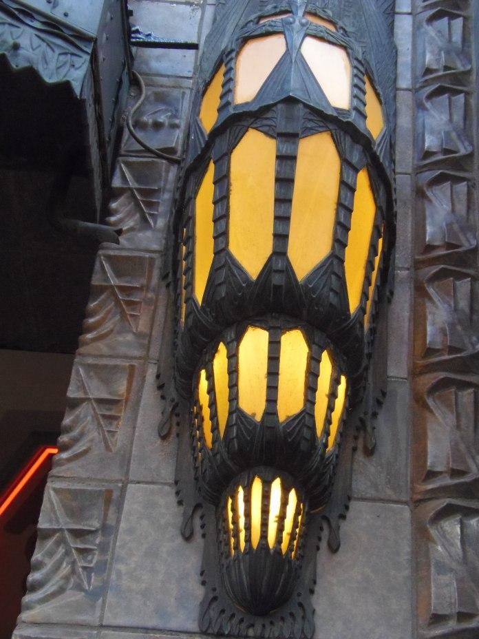 Grosse applique murale sur la façade du cinéma Tuschinski à Amsterdam.