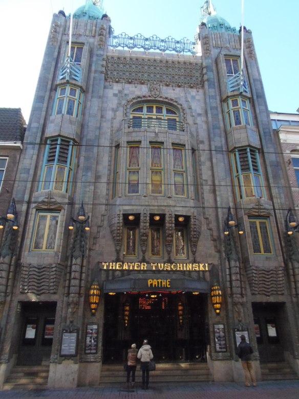 L'étonnante façade du cinéma Tuschinski à Amsterdam tranche sur les autres immeubles de la rue.