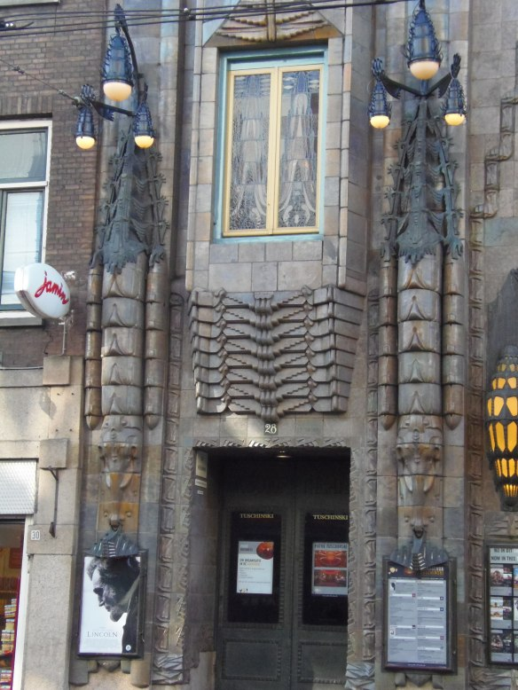 Entrée latérale du cinéma Tuschinski à Amsterdam.