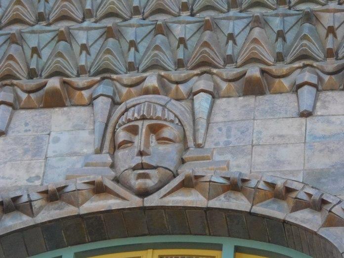 Visant sculpté dans la pierre surmontant une ouverture du cinéma Tuschinski à Amsterdam.