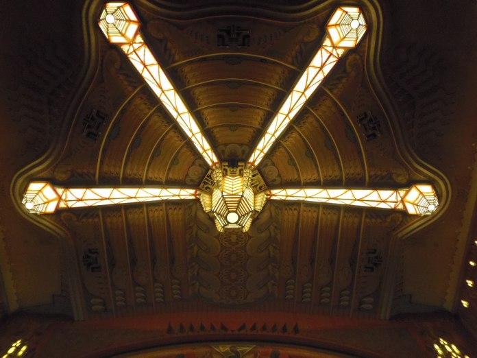 Suspension au plafond de la grande salle du cinéma Tuschinski à Amsterdam.