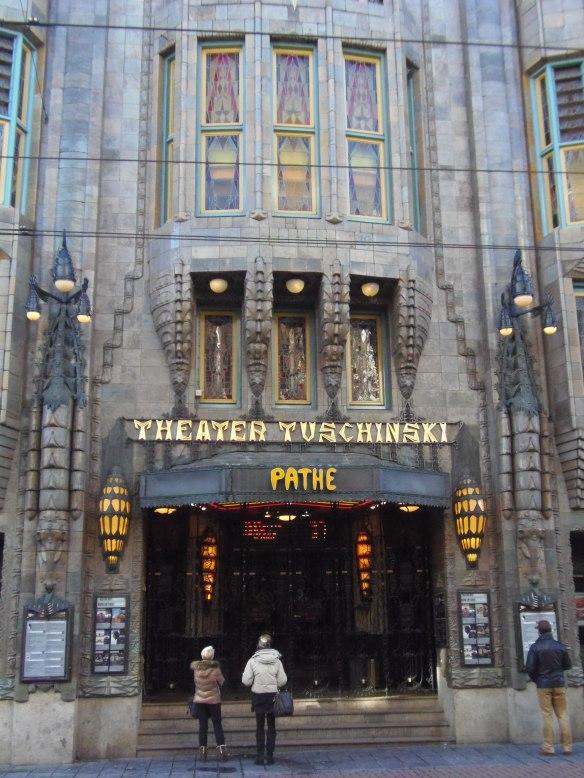 Entrée principale du cinéma Tuschinski à Amsterdam.