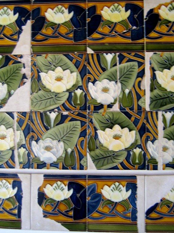 Motif de nymphéas de carreaux Villeroy et Boch dans la salle de bains du prince.