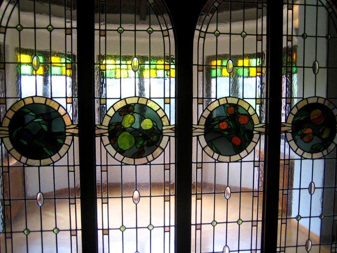 Vitraux avec des médaillons de fruits d'après un dessin d'Umberto Bottazzi dans la chambre à coucher du prince.