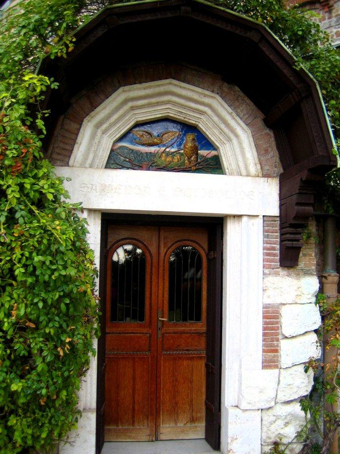 Une céramique représentant des chouettes surmontent cette petite porte de la Casina delle Civette.