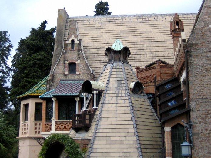 Ardoises et tuiles vernissées de couleurs alternent sur les toitures.