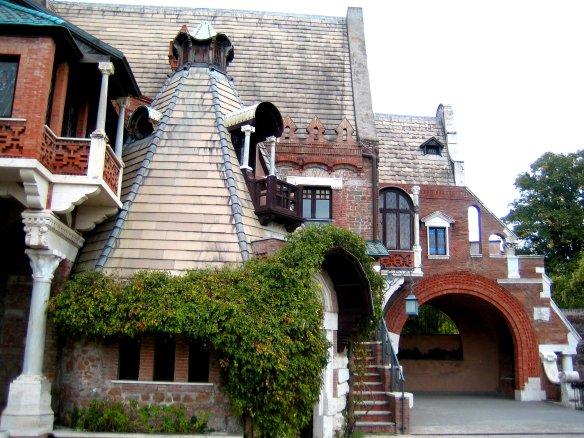 Toitures décalées, tour pointue, escalier latéral, petit auvent, une façade toute en mouvements.