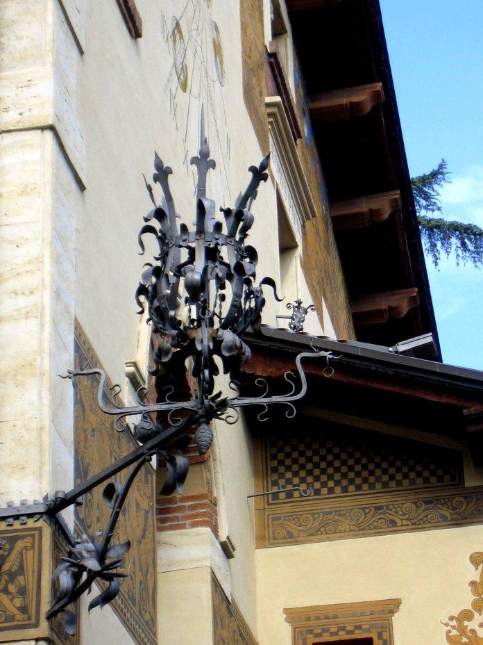 Eclairage d'angle d'une façade du quartier Coppedè.