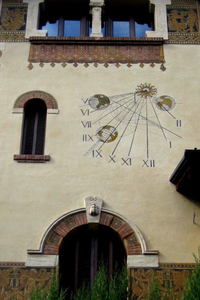 Le cadran solaire s'intègre au milieu des ouvertures de cette villa.