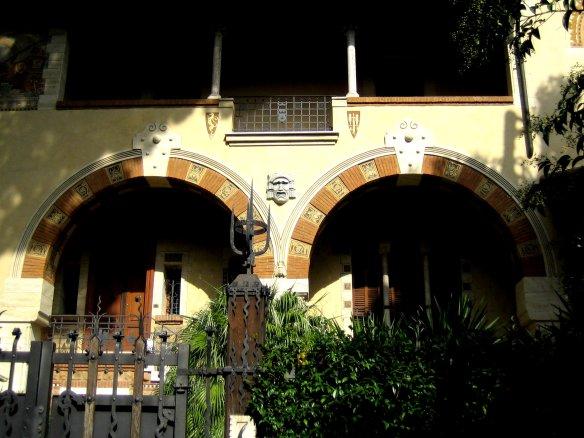 Ces deux arches protègent les entrées en retrait.