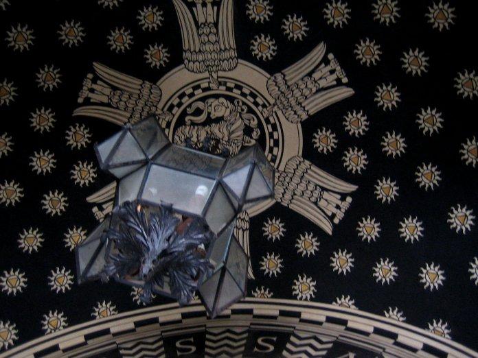 Ciel étoilée d'une entrée d'immeuble du quartier Coppedè.