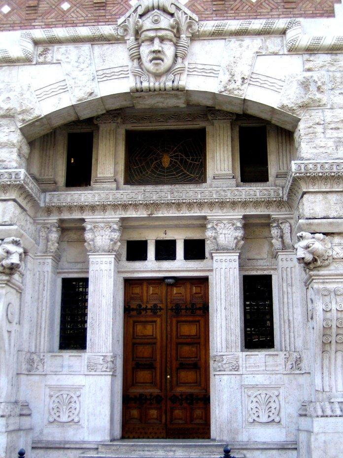 Porte d'entrée massive de la villa à l'araignée.