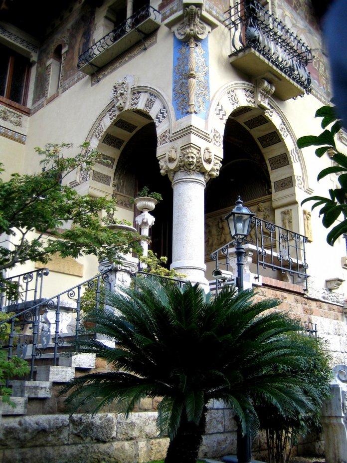 Escalier latéral de la villa des fées.