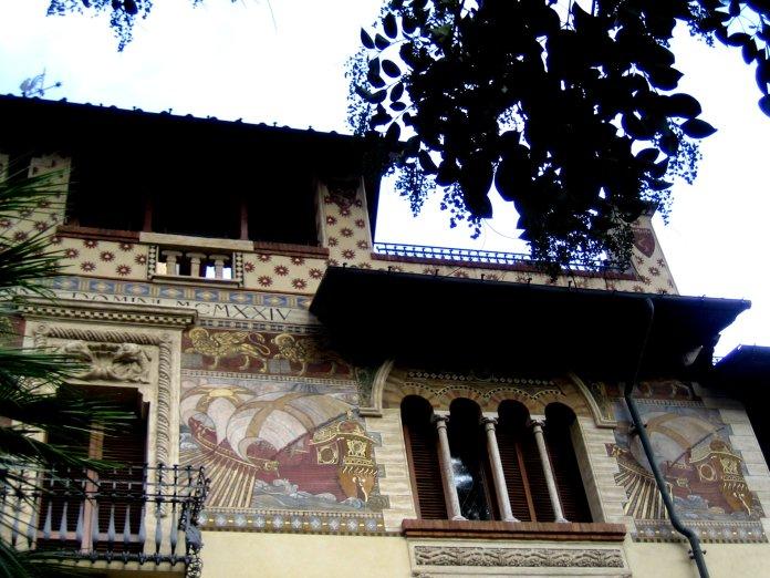 Grande fresque navale sur l'une des villas du quartier Coppedè.