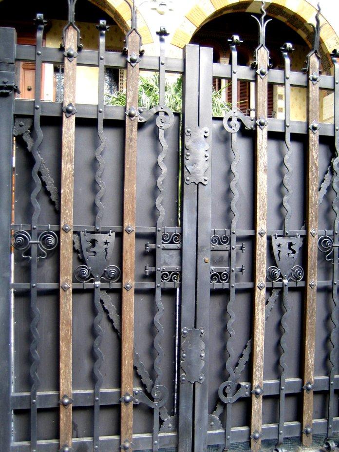 Ferronnerie travaillée d'un portail du quartier Coppedè.