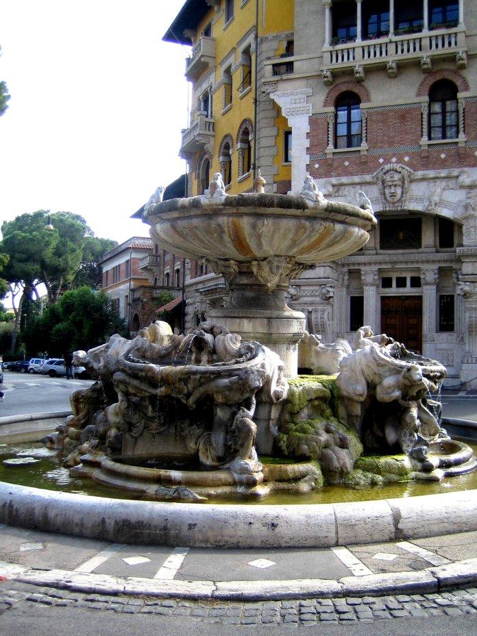 La fontaine aux grenouilles est le centre stratégique du Quartier Coppedè.