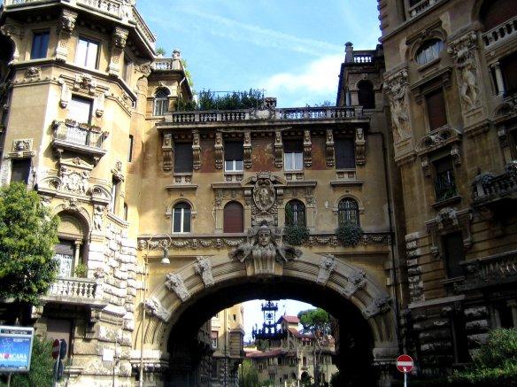 Derrière cette arche majestueuse avec sa suspension en fer forgé se cachent les mystères du Quartier Coppedè.