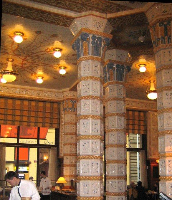 Colonnes habillées de céramique du café de l'hôtel Art Déco Impérial à Prague.