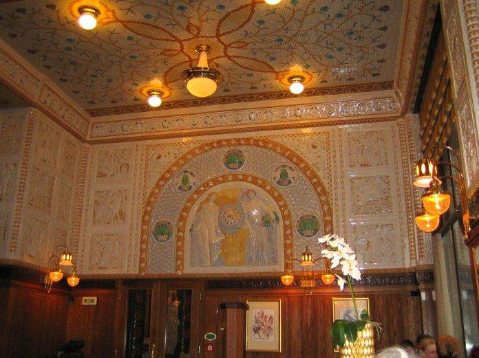 Salle du café de l'hôtel Art Déco Impérial à Prague.
