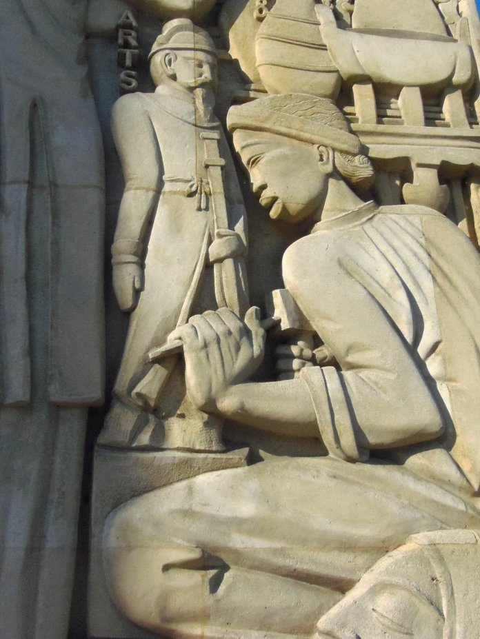 Un artiste avec sont marteau de sculpteur.