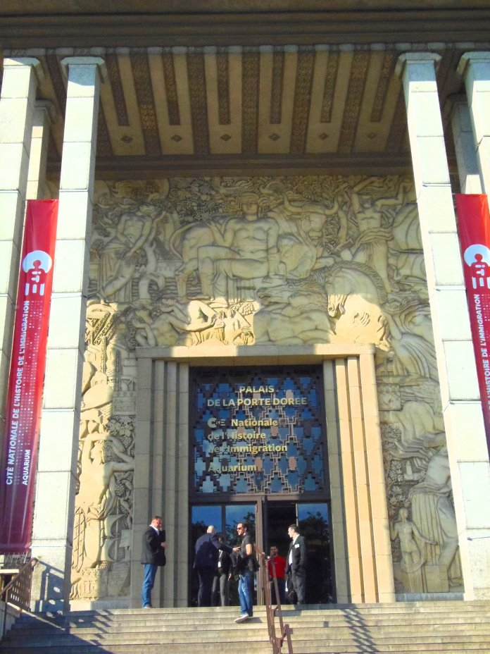 Entrée du Palais de la Porte Dorée, avec l'allégorie de la France au-dessus.