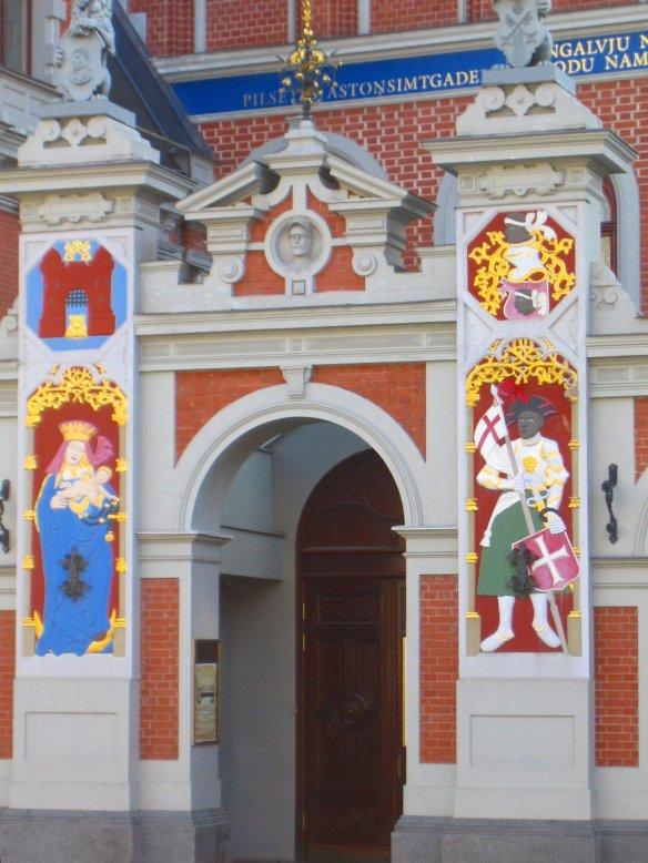 Porte d'entrée richement décorée du bâtiment des Têtes Noires (Riga).