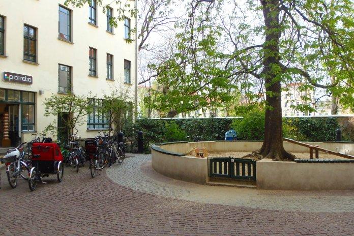 Lieu de vie, les Hackesche Höfe (Berlin) ont leur bac à sable pour les enfants.