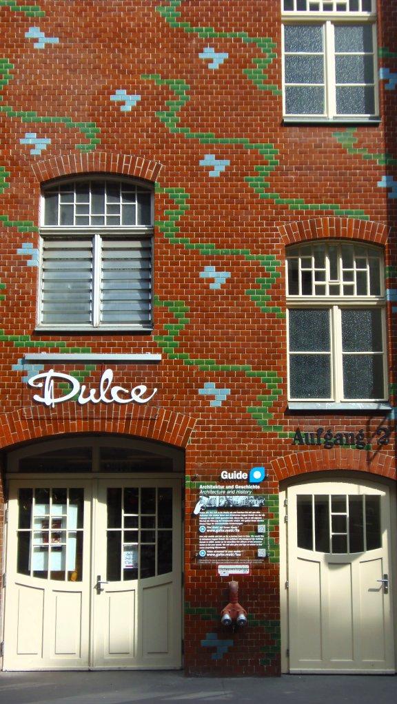Détail de motifs en céramique des Hackesche Höfe à Berlin.