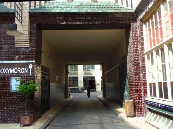 Passage pour aller d'une cour à une autre au sein des Hackescche Höfe à Berlin.