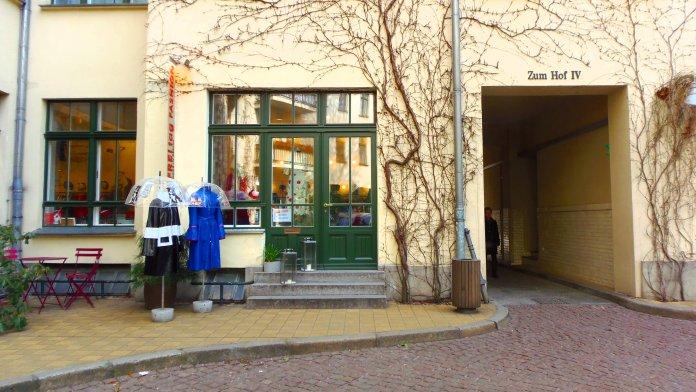 Une boutique mais aussi des chaises et une table pour profiter du calme des Hackesche Höfe (Berlin).