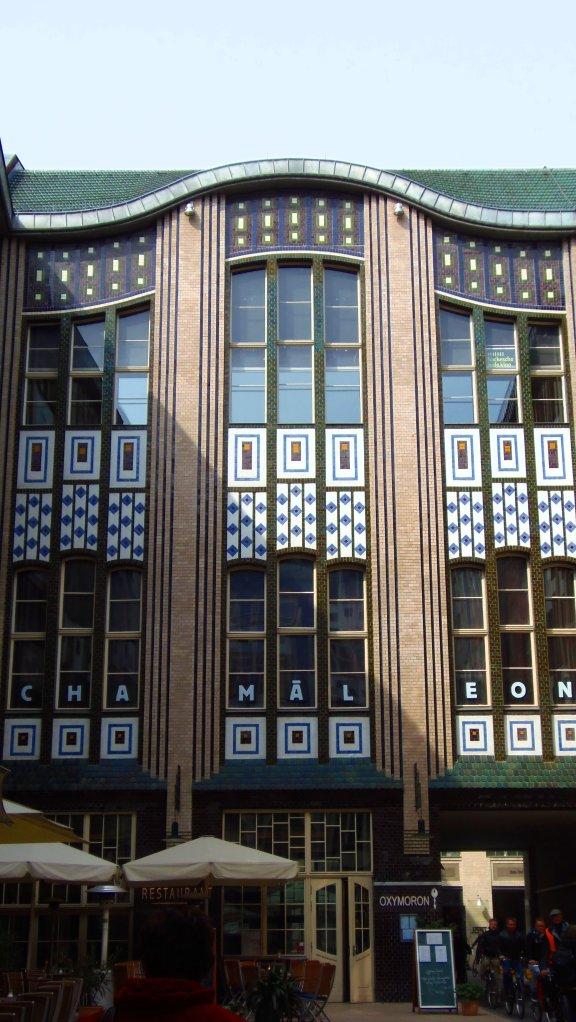 Façade emblématique des Hackesche Höfe (Berlin) avec l'enseigne du théâtre Chamaleon.