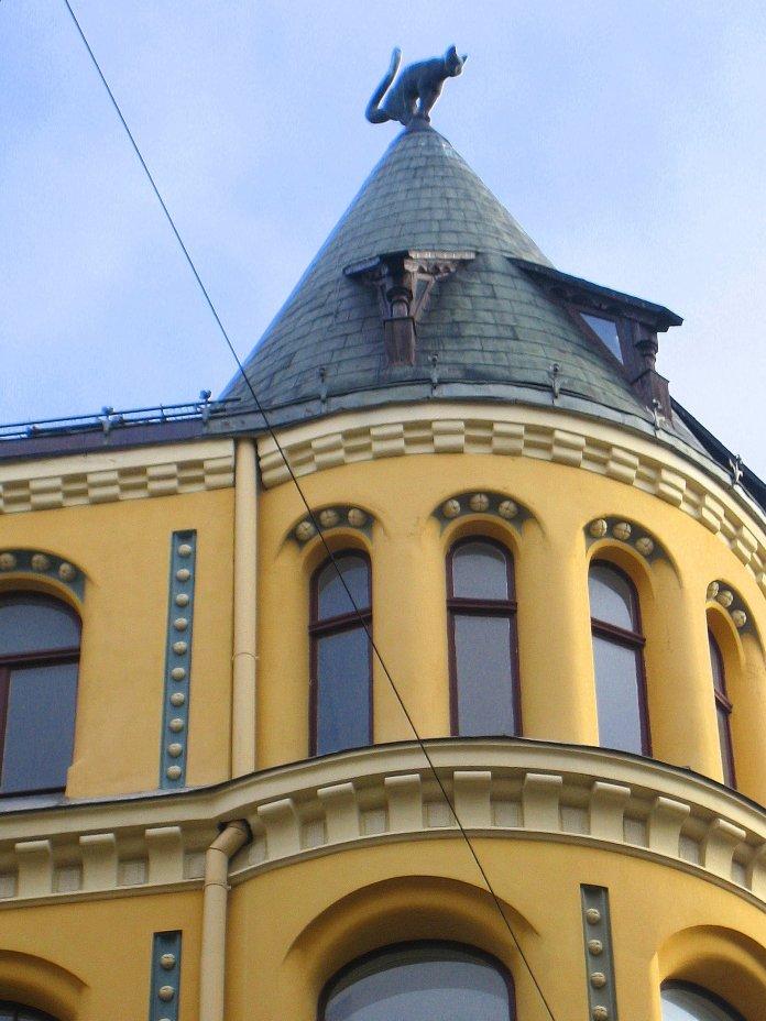 La Maison au chat porte bien son nom avec ce félin posté sur la tourelle (Riga).