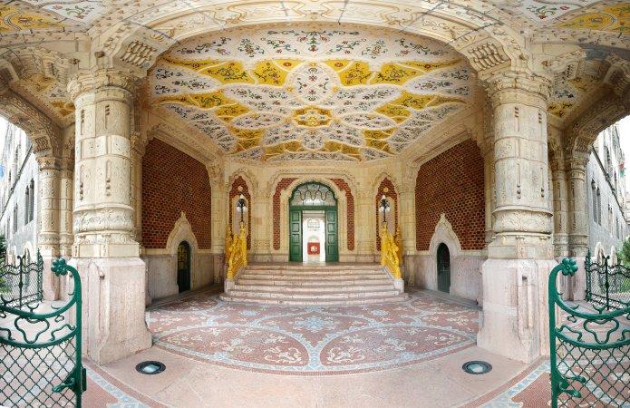 Entrée du musée des Arts décoratifs de Budapest. Crédit photo musée des Arts décoratifs de Budapest.