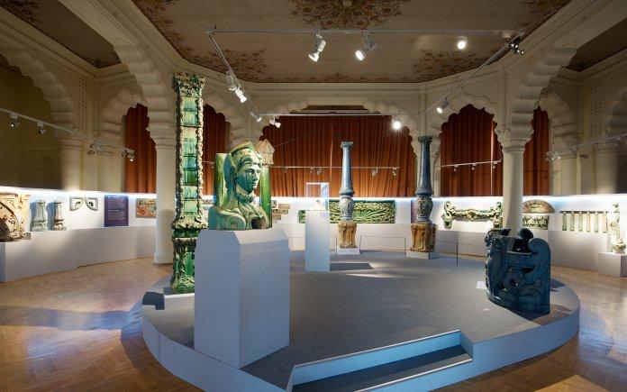 Présentation de la collection Bigot au musée des Arts décoratifs de Budapest. Crédit photo musée des Arts décoratifs de Bordeaux.