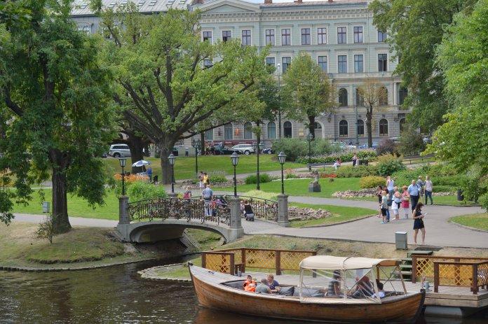 Parc du Bastion (Riga) avec son canal emprunté par des bateaux pour des promenades. Crédit photo Rigas mezi.