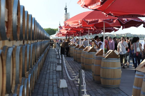 Enfilade de barriques sur les quais de Bordeaux. Crédit photo, Office de Tourisme de Bordeaux, Gilles Arroyo.