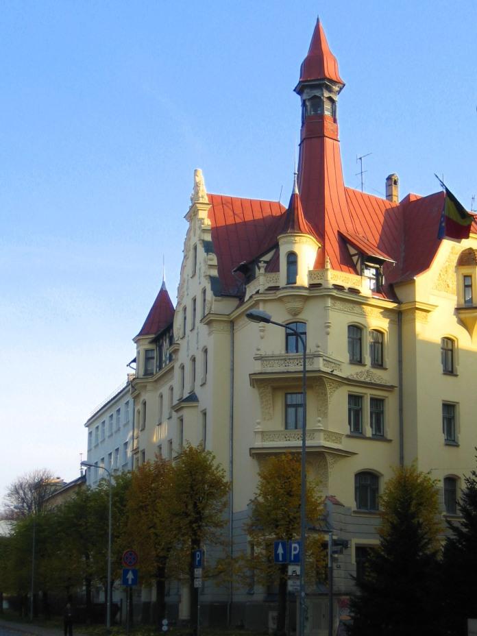 Une maison au toit mouvementé du quartier Art nouveau de Riga.