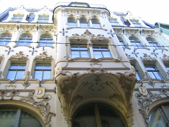 Motifs floraux s'enroulant autour des fenêtres d'un immeuble de la vieille ville de RIga.