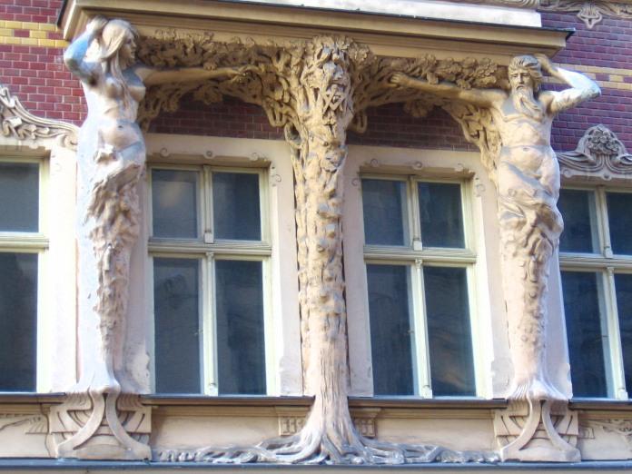 Sur le thème de l'arbre, un bel ensemble de sculptures soutenant un balcon (Riga).