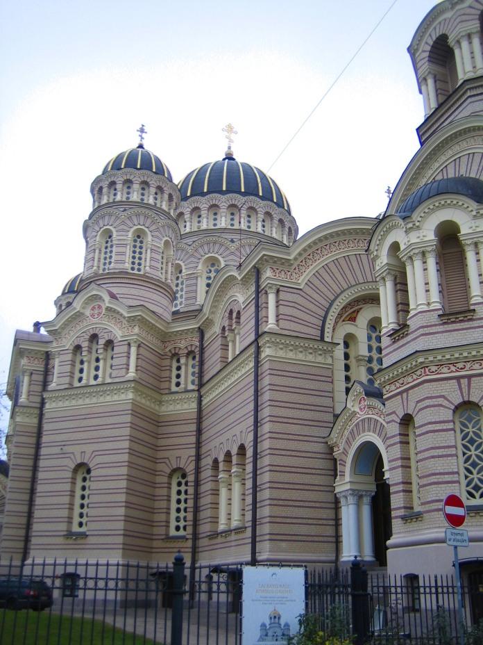 Coupoles et découpes de la cathédrale orthodoxe de Riga.