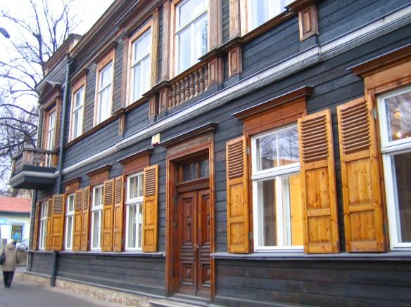 Grand immeuble rénové en bois (Riga).