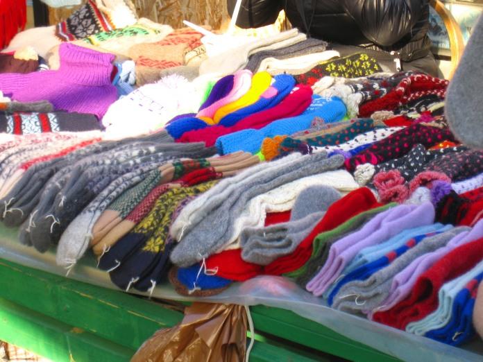 Etal de chaussettes et d'écharpes à l'extérieur du marché de Riga.