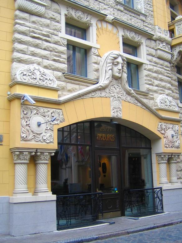 Le fond jaune fait particulièrement bien ressortir les reliefs et les sculptures blanches de cet immeuble de la vieille ville de Riga.