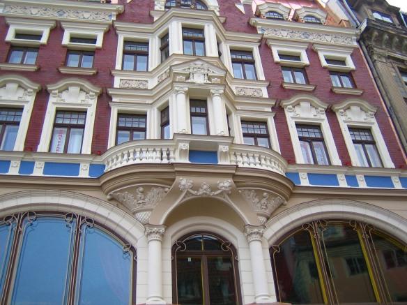 La rigueur du bâtiment ne l'empêche pas d'être souligné par sculptures qui soulignent ses ouvertures (Riga).