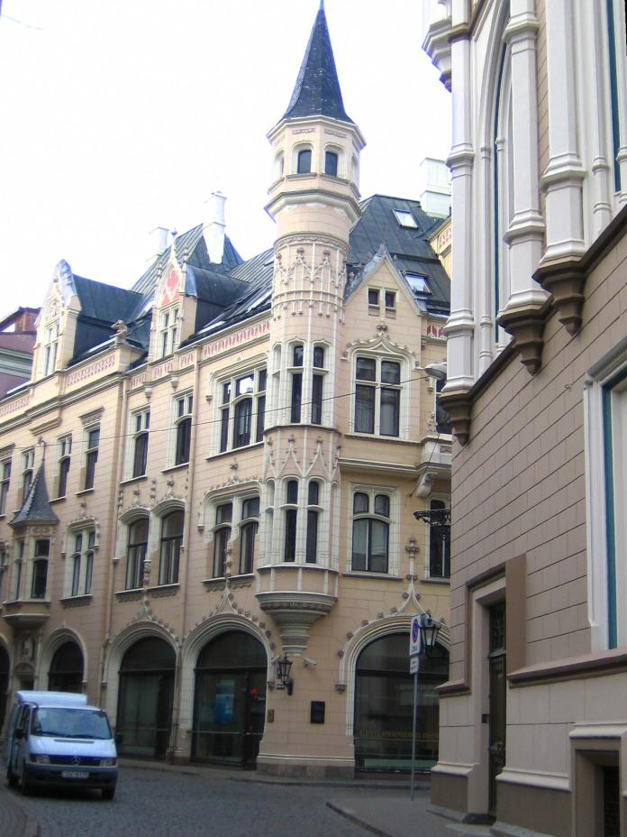 Petite rue de la vieille ville de Riga avec un immeuble finement ouvragé.